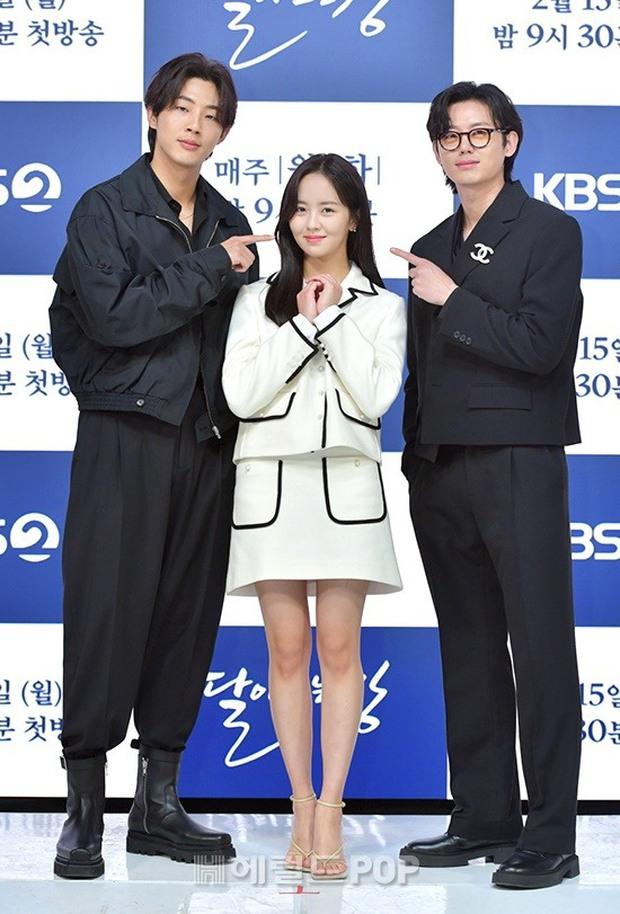 Sự kiện hot nhất hôm nay: Sao nhí Kim So Hyun xinh ngất ngây khoe chân dài trắng nõn, tài tử Moon Lovers diện đồ dìm khó hiểu - Ảnh 11.