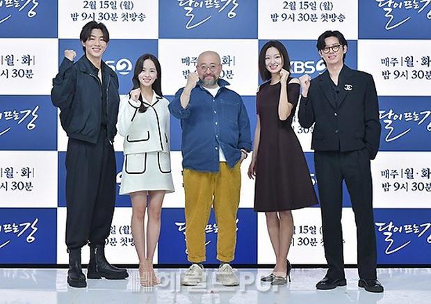 Sự kiện hot nhất hôm nay: Sao nhí Kim So Hyun xinh ngất ngây khoe chân dài trắng nõn, tài tử Moon Lovers diện đồ dìm khó hiểu - Ảnh 12.