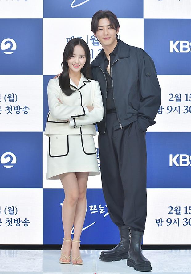 Sự kiện hot nhất hôm nay: Sao nhí Kim So Hyun xinh ngất ngây khoe chân dài trắng nõn, tài tử Moon Lovers diện đồ dìm khó hiểu - Ảnh 7.