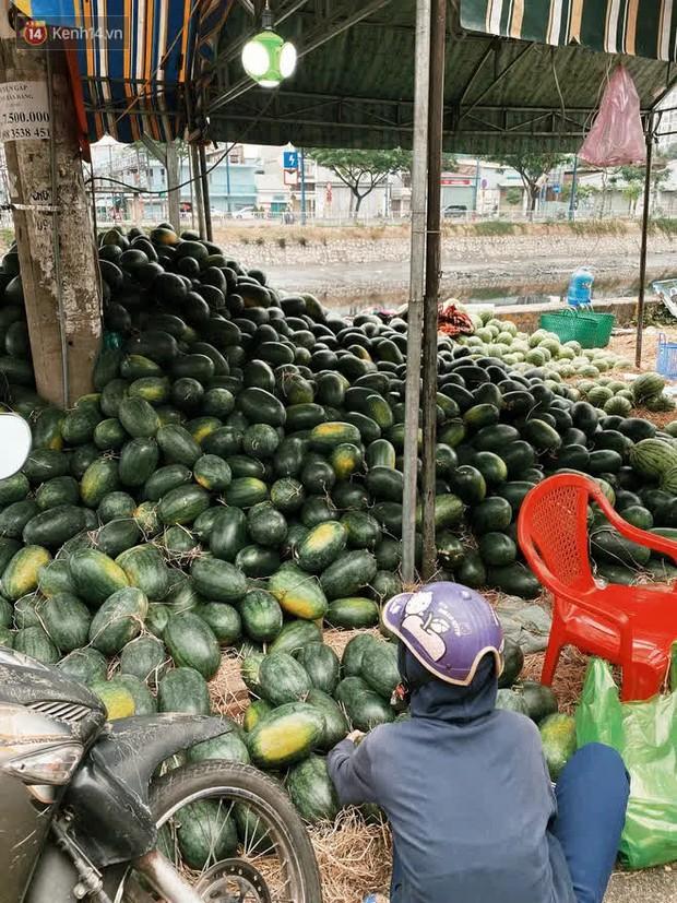 Sài Gòn chiều 30 Tết trái cây xổ đầy đường nhiều hơn cả hoa, người bán buồn thiu than vãn: Rẻ như cho mà không ai mua con ơi! - Ảnh 8.