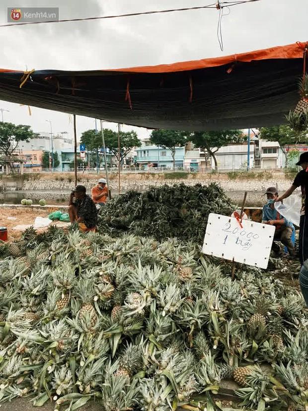 Sài Gòn chiều 30 Tết trái cây xổ đầy đường nhiều hơn cả hoa, người bán buồn thiu than vãn: Rẻ như cho mà không ai mua con ơi! - Ảnh 6.