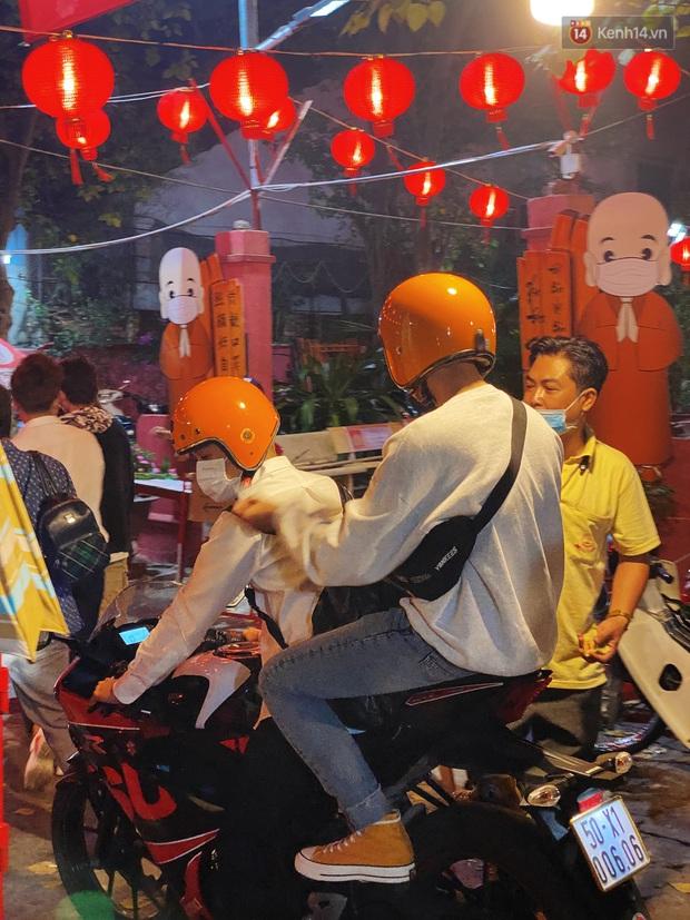 Sài Gòn đêm Valentine: Hội ế tranh thủ đi chùa thoát kiếp FA, couple tràn ra phố đi bộ Nguyễn Huệ đến mức kẹt đường! - Ảnh 8.
