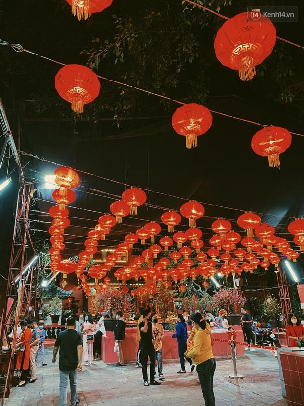 Sài Gòn đêm Valentine: Hội ế tranh thủ đi chùa thoát kiếp FA, couple tràn ra phố đi bộ Nguyễn Huệ đến mức kẹt đường! - Ảnh 3.