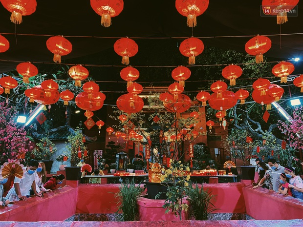 Sài Gòn đêm Valentine: Hội ế tranh thủ đi chùa thoát kiếp FA, couple tràn ra phố đi bộ Nguyễn Huệ đến mức kẹt đường! - Ảnh 4.