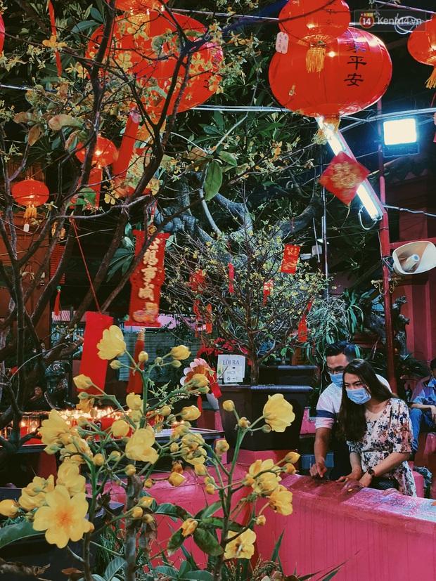 Sài Gòn đêm Valentine: Hội ế tranh thủ đi chùa thoát kiếp FA, couple tràn ra phố đi bộ Nguyễn Huệ đến mức kẹt đường! - Ảnh 5.