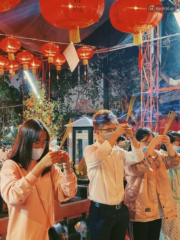 Sài Gòn đêm Valentine: Hội ế tranh thủ đi chùa thoát kiếp FA, couple tràn ra phố đi bộ Nguyễn Huệ đến mức kẹt đường! - Ảnh 9.