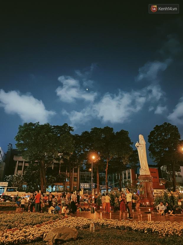 Sài Gòn đêm Valentine: Hội ế tranh thủ đi chùa thoát kiếp FA, couple tràn ra phố đi bộ Nguyễn Huệ đến mức kẹt đường! - Ảnh 10.
