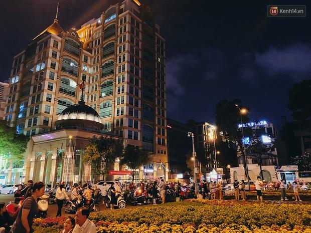 Sài Gòn đêm Valentine: Hội ế tranh thủ đi chùa thoát kiếp FA, couple tràn ra phố đi bộ Nguyễn Huệ đến mức kẹt đường! - Ảnh 11.