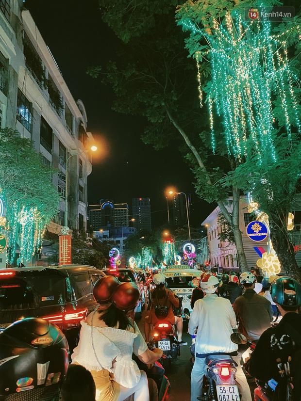 Sài Gòn đêm Valentine: Hội ế tranh thủ đi chùa thoát kiếp FA, couple tràn ra phố đi bộ Nguyễn Huệ đến mức kẹt đường! - Ảnh 12.