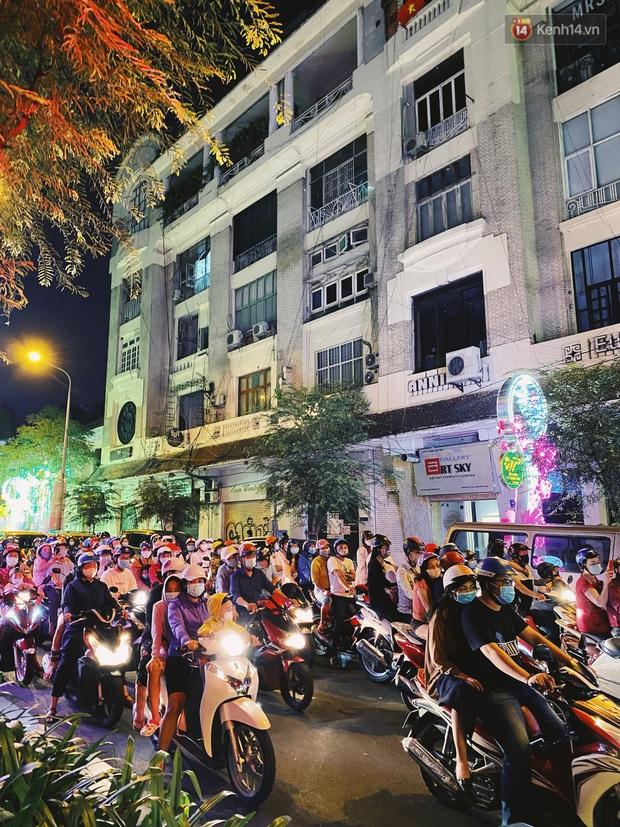 Sài Gòn đêm Valentine: Hội ế tranh thủ đi chùa thoát kiếp FA, couple tràn ra phố đi bộ Nguyễn Huệ đến mức kẹt đường! - Ảnh 13.
