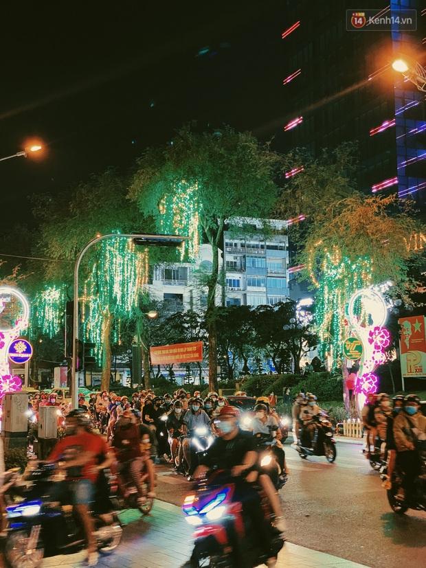 Sài Gòn đêm Valentine: Hội ế tranh thủ đi chùa thoát kiếp FA, couple tràn ra phố đi bộ Nguyễn Huệ đến mức kẹt đường! - Ảnh 14.