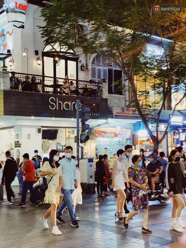 Sài Gòn đêm Valentine: Hội ế tranh thủ đi chùa thoát kiếp FA, couple tràn ra phố đi bộ Nguyễn Huệ đến mức kẹt đường! - Ảnh 16.