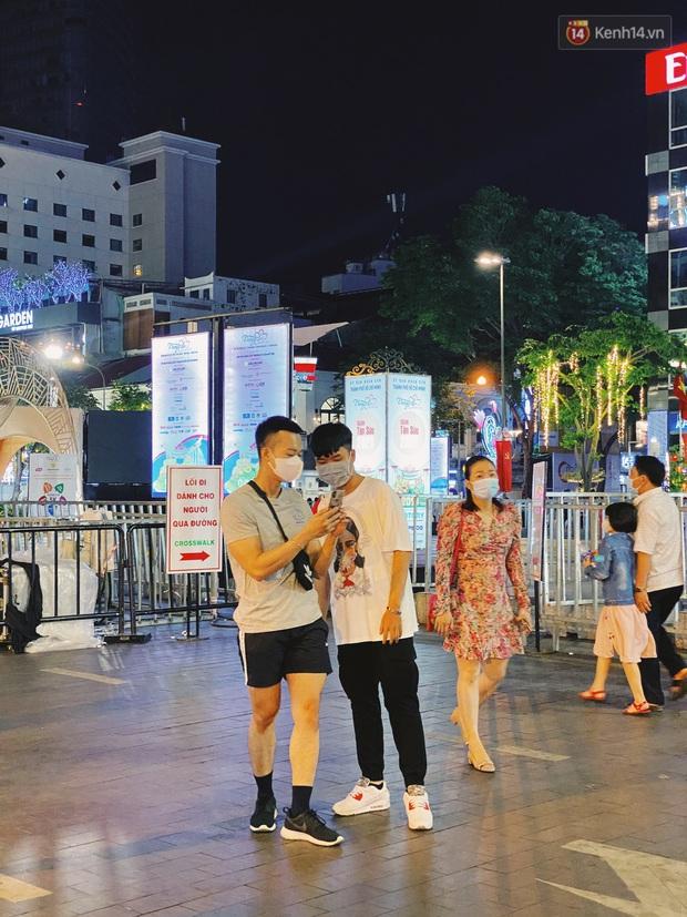 Sài Gòn đêm Valentine: Hội ế tranh thủ đi chùa thoát kiếp FA, couple tràn ra phố đi bộ Nguyễn Huệ đến mức kẹt đường! - Ảnh 18.