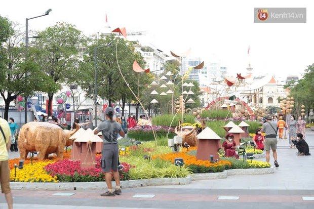 Đường hoa Nguyễn Huệ đón khách thêm 1 ngày, sẽ thu dọn từ chiều Mùng 5 Tết - Ảnh 1.