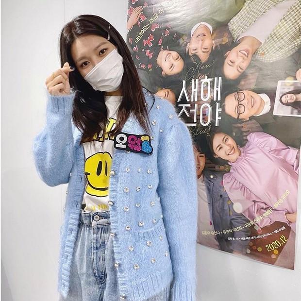 """Đụng áo cardigan 57 triệu đồng: Yoona """"bánh bèo"""" khi mix váy, Sooyoung đơn giản mà trẻ trung - Ảnh 4."""