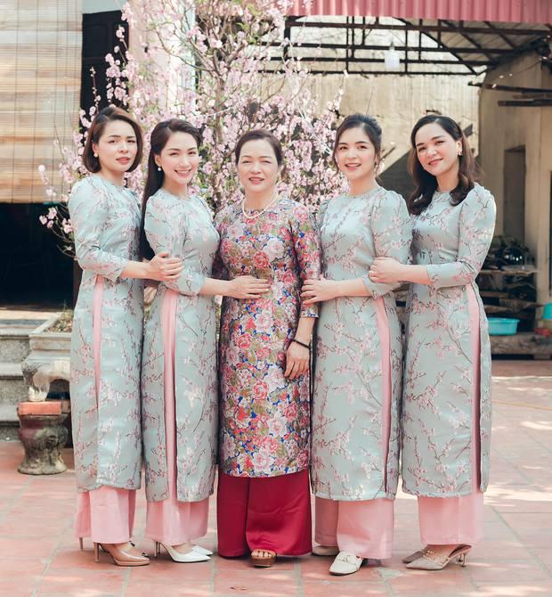 Hoà Minzy khoe ảnh gia đình 5 chị em visual tròn 100 điểm, nhưng phải vội thanh minh cho cậu út soái ca vì 1 lí do - Ảnh 2.