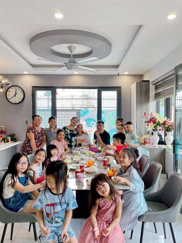 Con gái cố NS Mai Phương trong Tết đầu tiên vắng mẹ: Nở nụ cười hồn nhiên, vui vẻ bên gia đình Ốc Thanh Vân - Ảnh 5.