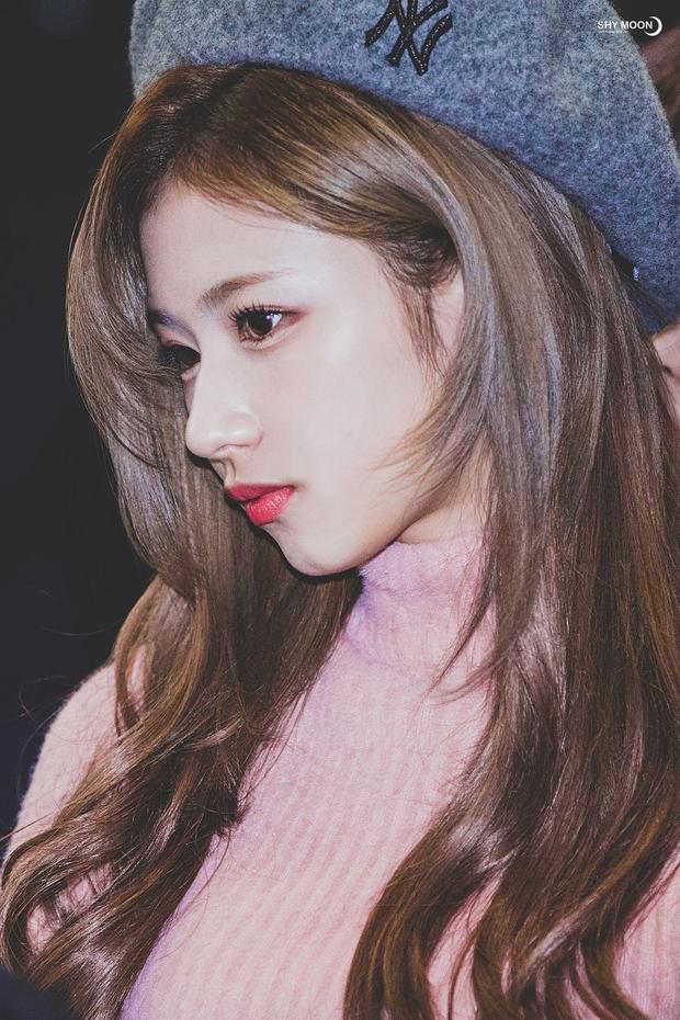 Top idol có sống mũi chơi cầu trượt đẹp nhất Kpop: V (BTS) được so với đồ họa, Sana và thành viên hụt BLACKPINK ai đỉnh hơn? - Ảnh 13.