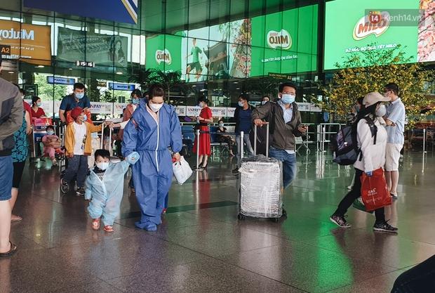Chùm ảnh: Người dân mặc đồ bảo hộ kín mít trên những chuyến bay trở về Sài Gòn sau kỳ nghỉ Tết Nguyên đán - Ảnh 2.