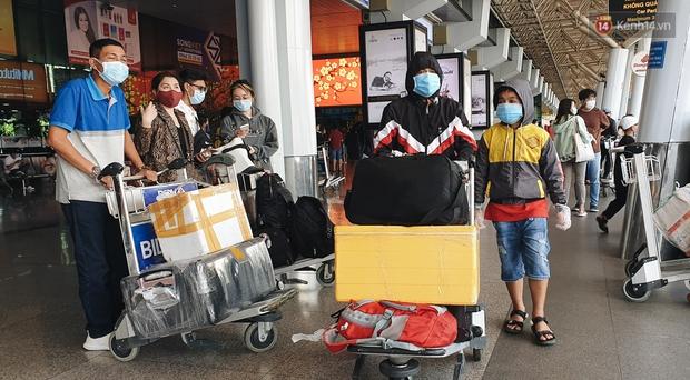 Chùm ảnh: Người dân mặc đồ bảo hộ kín mít trên những chuyến bay trở về Sài Gòn sau kỳ nghỉ Tết Nguyên đán - Ảnh 3.