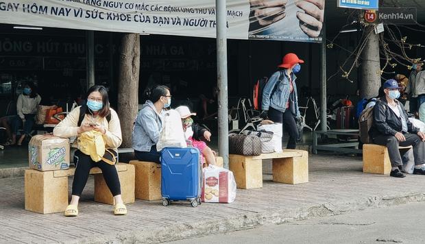 Chùm ảnh: Người dân mặc đồ bảo hộ kín mít trên những chuyến bay trở về Sài Gòn sau kỳ nghỉ Tết Nguyên đán - Ảnh 12.