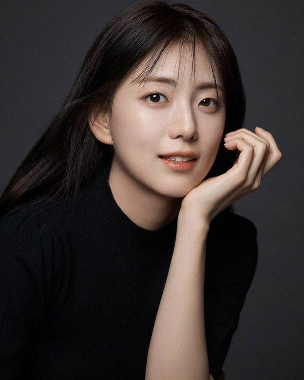 Hội nữ idol có chị em gái xinh như mộng: Chị Jisoo - Rosé (BLACKPINK) không kém minh tinh, em gái nữ thần lai YG gây bão - Ảnh 2.