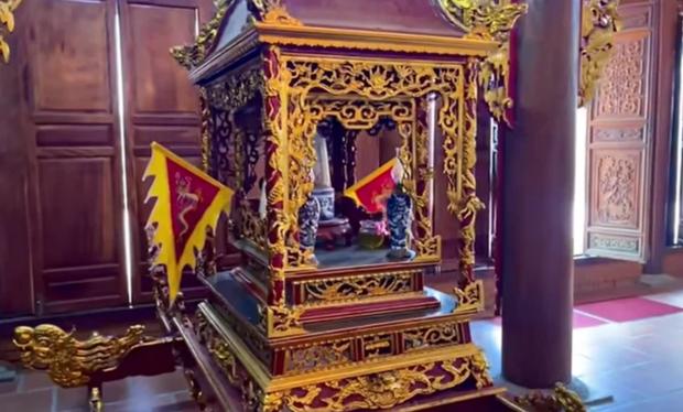 Di ảnh cố NS Chí Tài được đặt trang trọng cạnh hiện vật quý trị giá vài tỷ đồng trong nhà thờ Tổ của NS Hoài Linh - Ảnh 5.
