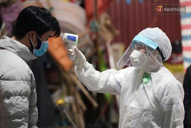 Ảnh: Kiểm tra giấy xác nhận, xịt khử khuẩn cho người và phương tiện ra vào tỉnh Hải Dương từ 0h ngày 16/2 - Ảnh 5.