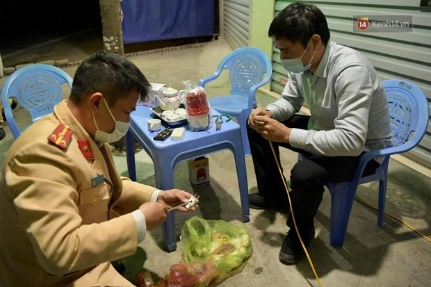 Hải Dương trước giờ giãn cách xã hội toàn tỉnh: Lực lượng xuyên đêm lập thêm 17 chốt kiểm dịch dọc Quốc lộ 5 - Ảnh 8.