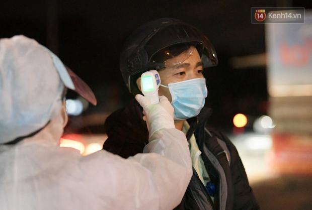 Ảnh: Kiểm tra giấy xác nhận, xịt khử khuẩn cho người và phương tiện ra vào tỉnh Hải Dương từ 0h ngày 16/2 - Ảnh 8.