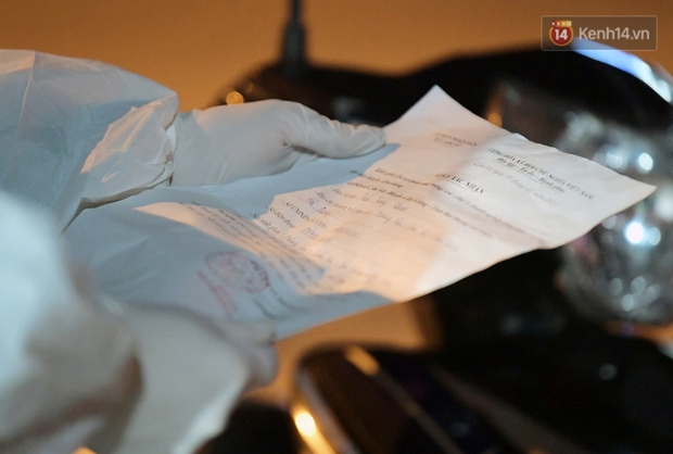 Ảnh: Kiểm tra giấy xác nhận, xịt khử khuẩn cho người và phương tiện ra vào tỉnh Hải Dương từ 0h ngày 16/2 - Ảnh 7.