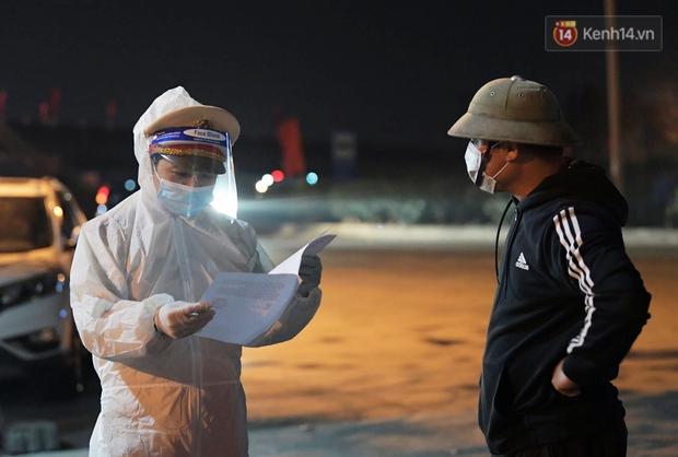 Ảnh: Kiểm tra giấy xác nhận, xịt khử khuẩn cho người và phương tiện ra vào tỉnh Hải Dương từ 0h ngày 16/2 - Ảnh 1.