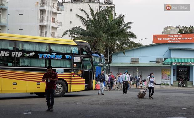 Chùm ảnh: Người dân mặc đồ bảo hộ kín mít trên những chuyến bay trở về Sài Gòn sau kỳ nghỉ Tết Nguyên đán - Ảnh 10.