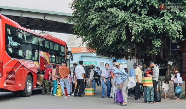 Chùm ảnh: Người dân mặc đồ bảo hộ kín mít trên những chuyến bay trở về Sài Gòn sau kỳ nghỉ Tết Nguyên đán - Ảnh 11.