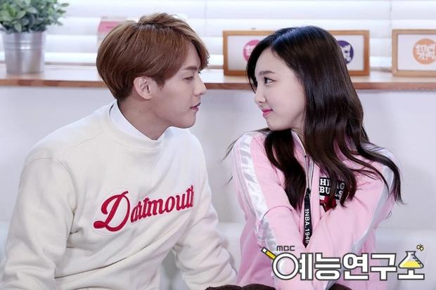 TWICE thu thập dàn hậu cung toàn nam thần Kpop: Jungkook (BTS) lộ hint với Nayeon, Kang Daniel - Heechul hẹn hò thành công - Ảnh 22.