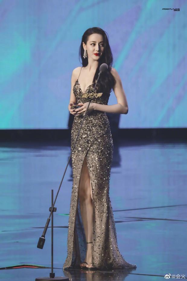 Có ai như Nhiệt Ba, vô tình giẫm phải váy cũng khiến MXH xôn xao: Visual kinh diễm, vòng 1 ngồn ngộn chiếm spotlight - Ảnh 6.
