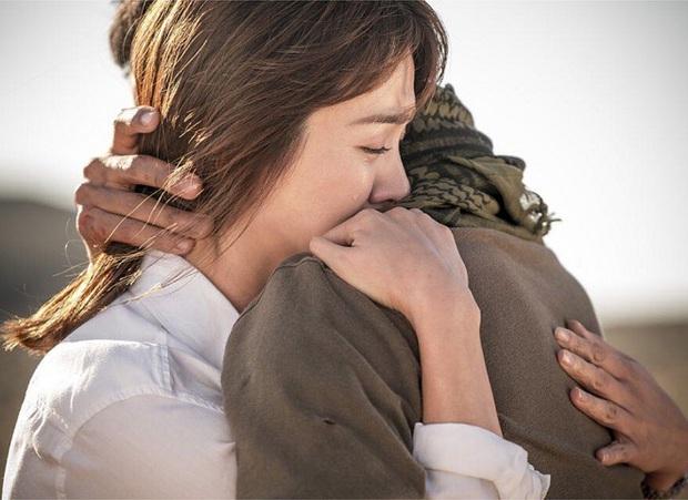 6 cái ôm ngọt tan chảy trên phim Hàn: Son Ye Jin - Hyun Bin vẫn luôn là chân ái! - Ảnh 4.