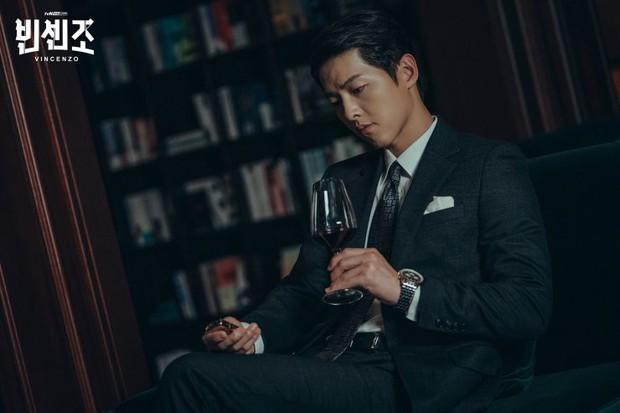 3 lí do hóng gấp Vincenzo: Song Joong Ki tái xuất làm thầy cãi kiêm xã hội đen, đã vậy đấu đá căng cực - Ảnh 2.
