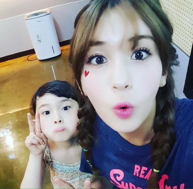Hội nữ idol có chị em gái xinh như mộng: Chị Jisoo - Rosé (BLACKPINK) không kém minh tinh, em gái nữ thần lai YG gây bão - Ảnh 25.