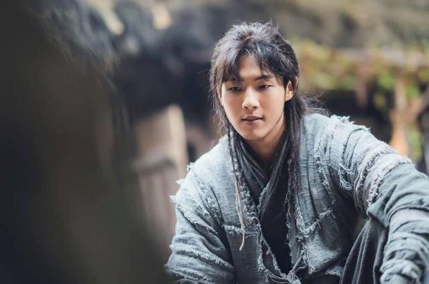 Sông Đón Trăng Lên mở màn bi tráng, Kim So Hyun lột xác ngoạn mục hoá sát thủ cực ngầu - Ảnh 13.