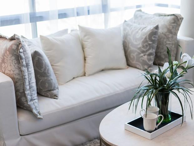 10 món đồ bạn nên cân nhắc tống khứ ra khỏi phòng khách để không gian bớt chật hẹp - Ảnh 2.