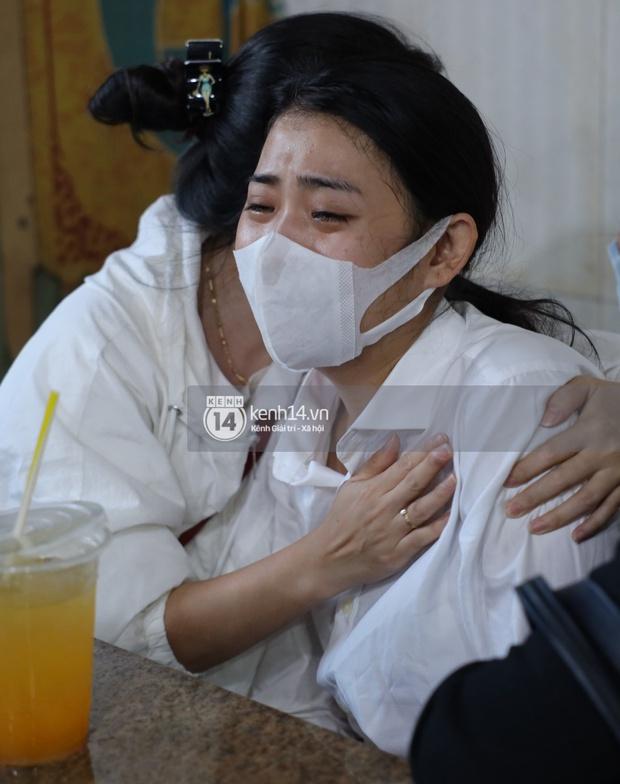 Tang lễ cố diễn viên Hải Đăng: Vợ sắp cưới gần như ngã quỵ, không rời thi hài nửa bước, người thân lặng người bên quan tài - Ảnh 10.