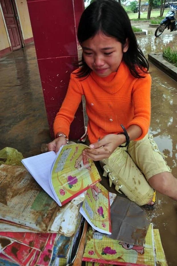 Sự thay đổi ngoạn mục của cô bé bật khóc nức nở khi nhìn sách vở ướt nhẹp trong dòng nước lũ cách đây 10 năm - Ảnh 1.