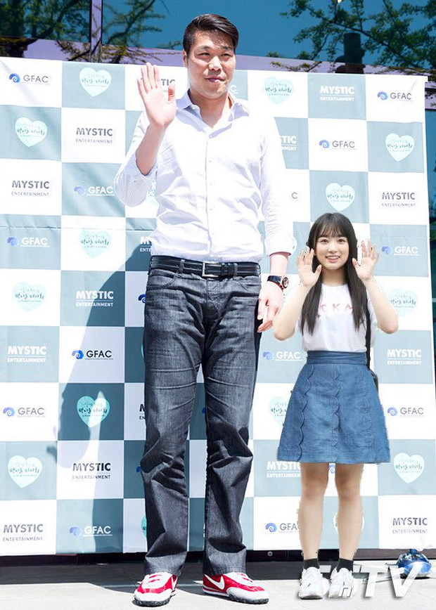 """6 """"người khổng lồ"""" Kbiz: Lee Kwang Soo dìm cả dàn sao, nam thần cao nhất Kpop gây sốt, """"há mồm"""" khi kéo đến sao Knowing Bros - Ảnh 25."""