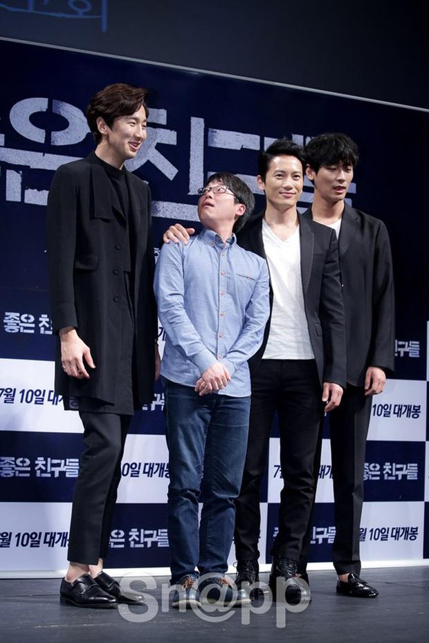 """6 """"người khổng lồ"""" Kbiz: Lee Kwang Soo dìm cả dàn sao, nam thần cao nhất Kpop gây sốt, """"há mồm"""" khi kéo đến sao Knowing Bros - Ảnh 4."""