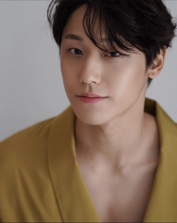 Không tán được IU, Lee Do Hyun theo chân tình địch Yeo Jin Goo sang phim mới làm nghi phạm giết người - Ảnh 1.