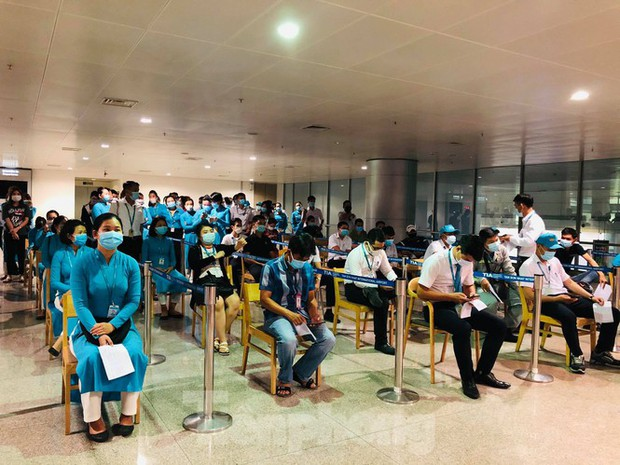 Xét nghiệm COVID-19 cho cán bộ dịch vụ mặt đất sân bay Tân Sơn Nhất ngày đầu đi làm - Ảnh 1.