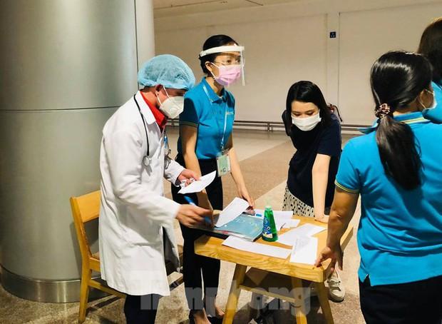 Xét nghiệm COVID-19 cho cán bộ dịch vụ mặt đất sân bay Tân Sơn Nhất ngày đầu đi làm - Ảnh 2.
