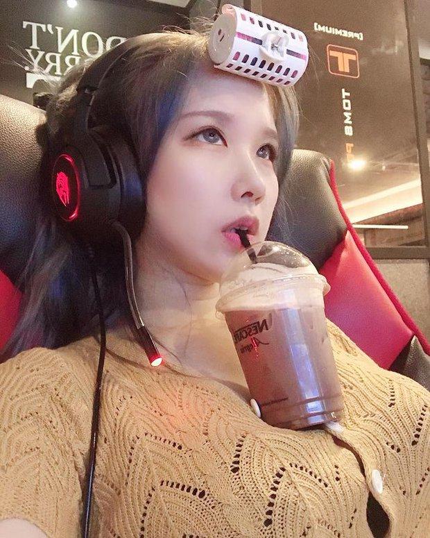 Dùng ngực để uống trà sữa khi chơi game, cô gái xinh đẹp khiến dân mạng mỏi mắt tìm info vì vòng một quá ấn tượng - Ảnh 1.
