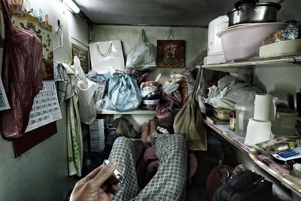 Đằng sau những ánh đèn neon rực rỡ của Hong Kong là nỗi ám ảnh khi phải sống trong nhà quan tài vài mét vuông của người lao động - Ảnh 1.